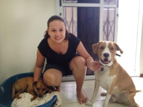Magali (esquerda) com sua mãe Carol e seu irmão Snow