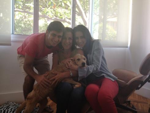 Suzana (direita) com sua família e o fofo Tommy