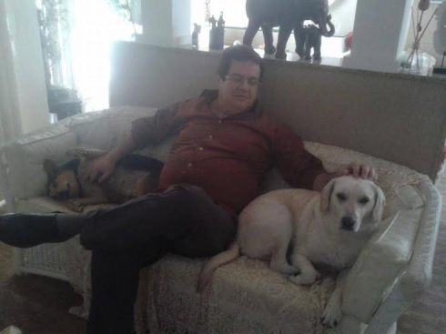 No aconchego do sofá com o papai Wilson.