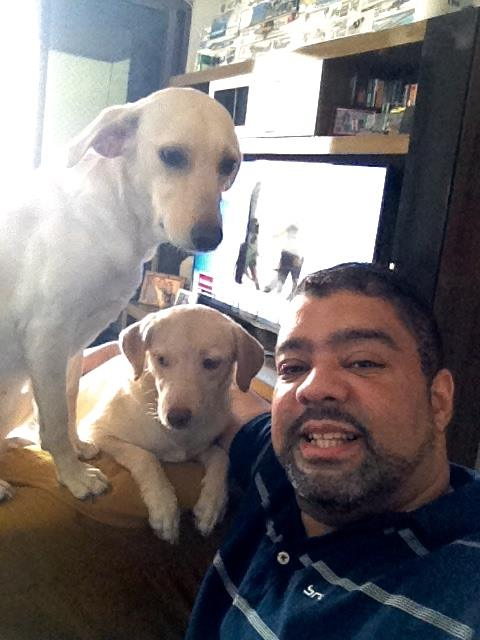Nina (no centro) com sua irmã Lady e seu pai Mario